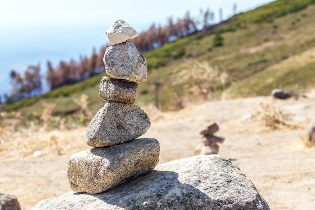 Zrównoważone kamienie stoją na wzgórzu na górze monchique. portugalia