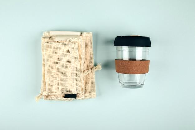 Zrównoważony styl życia. bez plastiku, koncepcja zero odpadów. zestaw ekologicznej torby, kubka do kawy wielokrotnego użytku. płaskie ułożenie