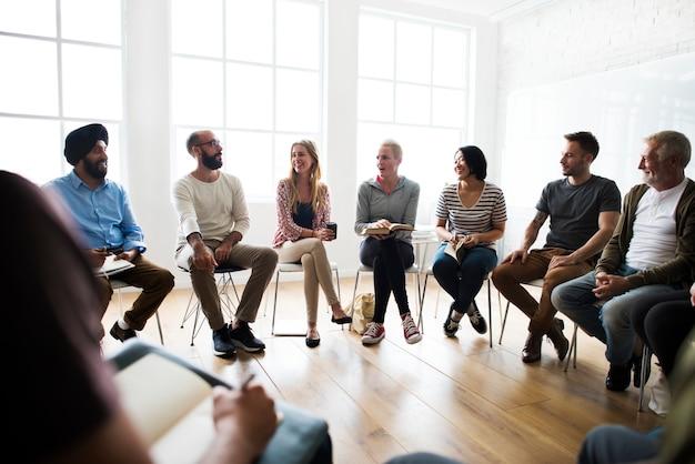 Zróżnicowana grupa ludzi na seminarium
