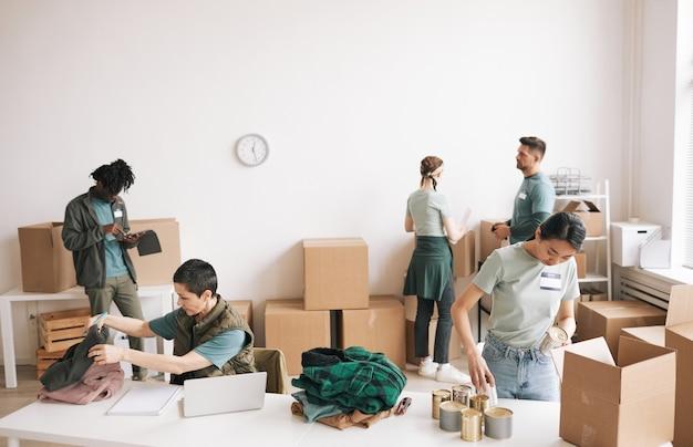 Zróżnicowana grupa ludzi wolontariatu na imprezie charytatywnej i darowizn, kopia przestrzeń