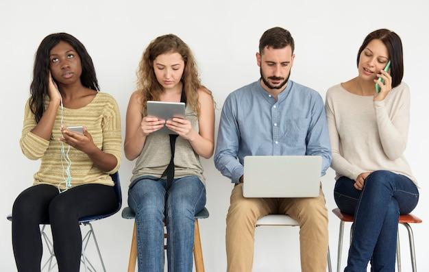 Zróżnicowana grupa ludzi z urządzeniami elektronicznymi