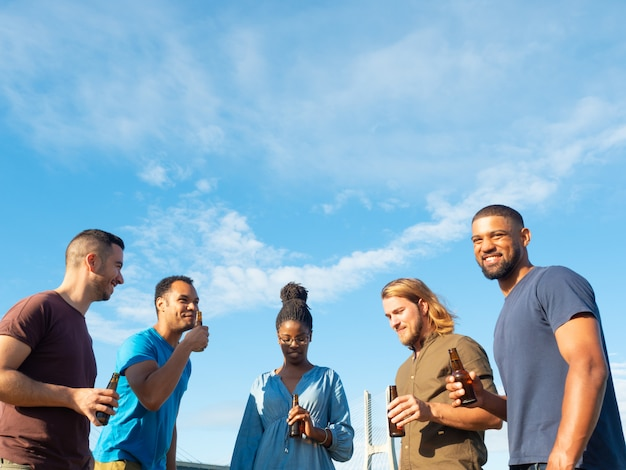 Zróżnicowana grupa przyjaciół świętuje spotkanie