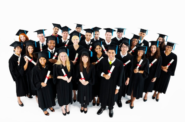 Zróżnicowana grupa studentów kończących studia