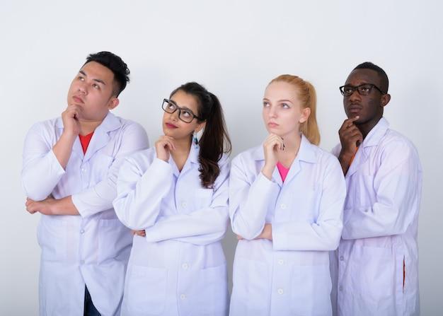 Zróżnicowana grupa wieloetnicznych lekarzy myśli