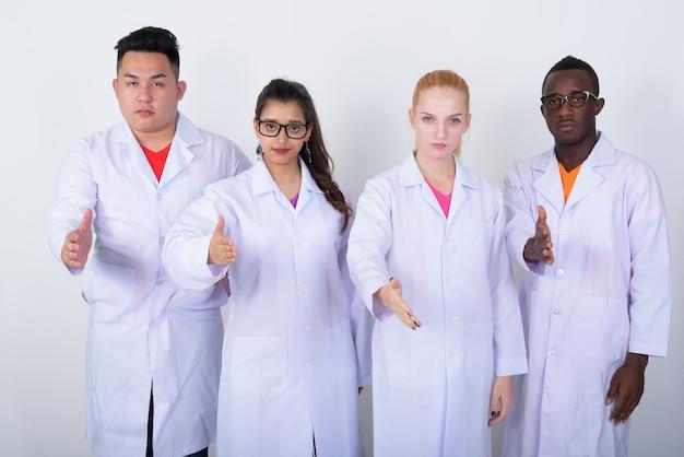 Zróżnicowana grupa wieloetnicznych lekarzy podających uścisk dłoni