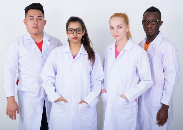 Zróżnicowana grupa wieloetnicznych lekarzy stojących razem