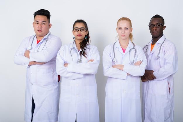 Zróżnicowana grupa wieloetnicznych lekarzy stojących ze skrzyżowanymi rękami