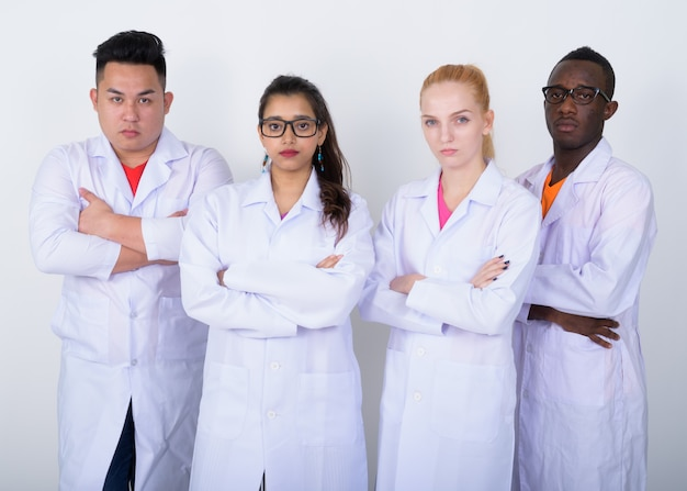 Zróżnicowana grupa wieloetnicznych lekarzy z rękami skrzyżowanymi