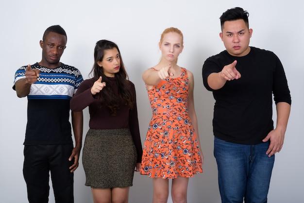 Zróżnicowana grupa wieloetnicznych przyjaciół wyglądających na złych