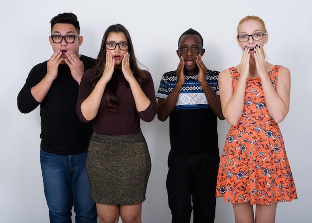 Zróżnicowana grupa wieloetnicznych przyjaciół wyglądających na zszokowanych