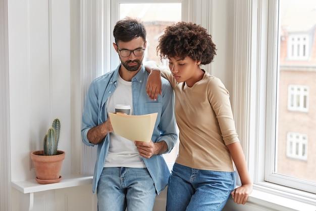 Zróżnicowana para pracuje w domu