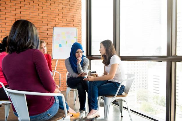 Zróżnicowane kobiety w spotkaniu grupowym