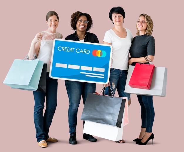 Zróżnicowane kobiety z ikoną karty kredytowej