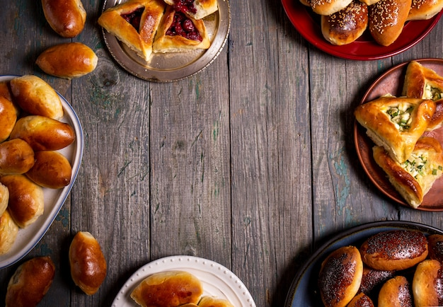 Zróżnicowani kulebiaki na talerzach na drewnianym tle