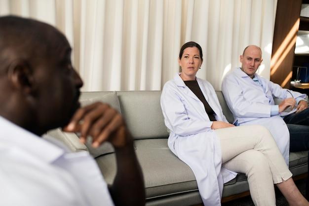 Zróżnicowani lekarze pracują w szpitalu