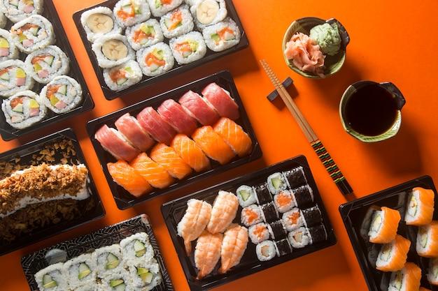 Zróżnicowany stół do sushi, widziany z góry.