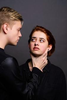 Zrozpaczona żona z agresywnym mężem w poczęciu przemocy domowej