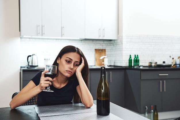 Zrozumiałem siebie dopiero po tym, jak zniszczyłem się młodą uzależnioną kobietą w depresji czerwonym winem