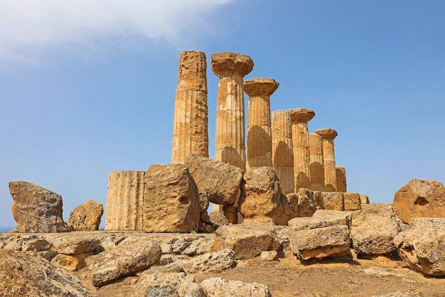 Zrujnowane kolumny świątyni heraklesa w słynnej starożytnej dolinie świątyń agrigento, sycylia, włochy. światowego dziedzictwa unesco.