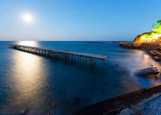 Zrujnowane molo, ścieżka księżyca i wieczorne wybrzeże (bułgaria).