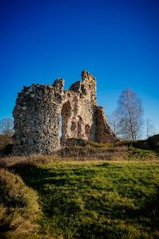 Zrujnowany średniowieczny zamek w słoneczny dzień w aizkraukle na łotwie