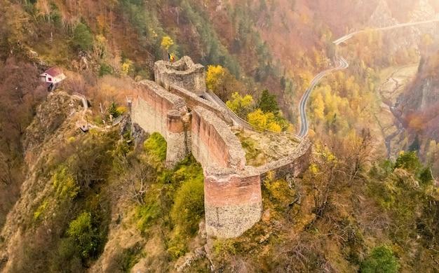 Zrujnowany zamek poenari w górach rumunii