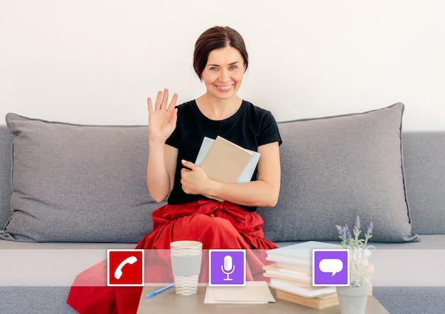 Zrzut ekranu wyświetlacza z rozmową wideo od nauczyciela prowadzącego lekcję online z domu podczas pandemii