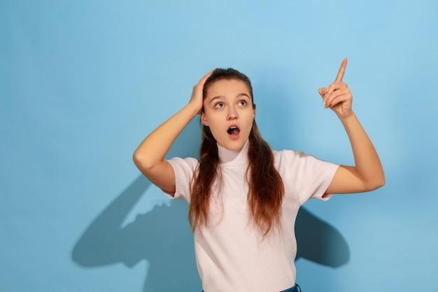 Zszokowana i przestraszona dziewczyna nastolatka skierowana w górę