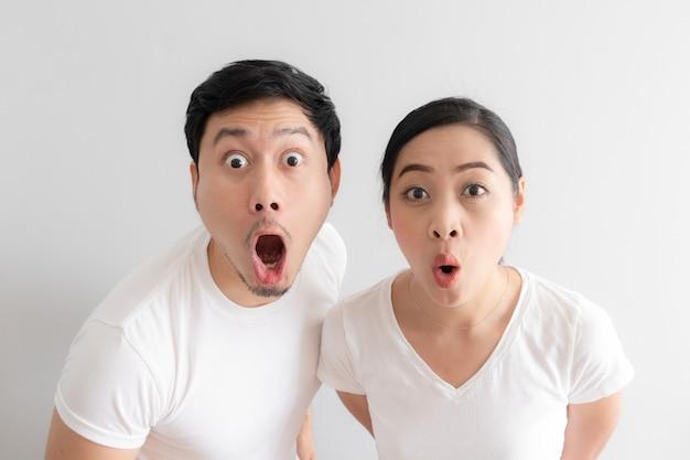 Zszokowana i zaskoczona twarz kochanka azjatyckich par.