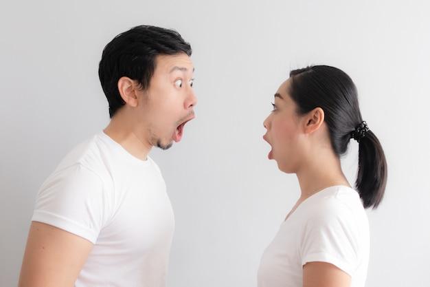 Zszokowana i zaskoczona twarz kochanki azjatyckich par.