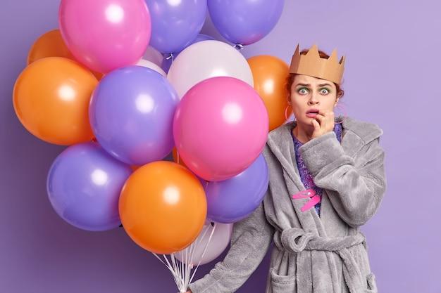 Zszokowana kobieta obchodzi rocznicę, dostaje gratulacje i niespodziewane prezenty