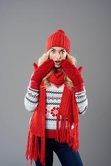 Zszokowana kobieta ubrana w zestaw odzieży zimowej