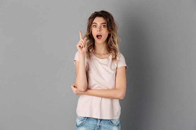 Zszokowana kobieta w koszulce ma pomysł na szary