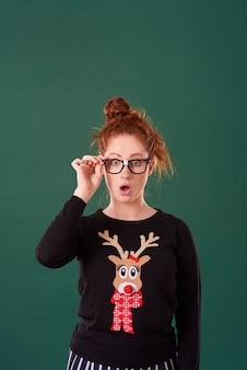 Zszokowana kobieta w ubraniach świątecznych