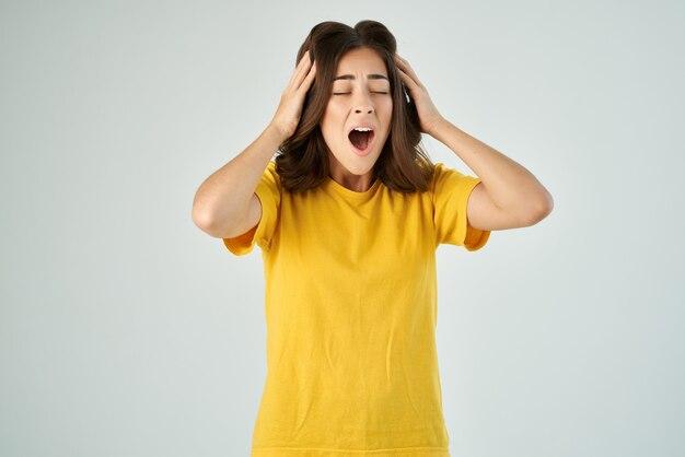 Zszokowana kobieta zakrywająca twarz emocjami z otwartymi ustami przycięty widok