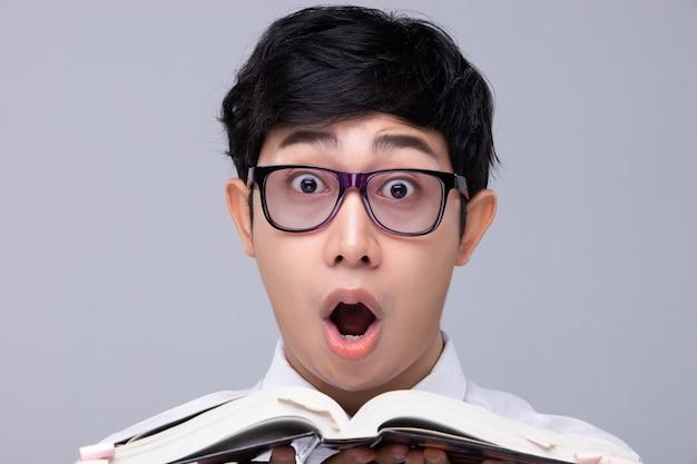 Zszokowany biznesmen w okularach do czytania