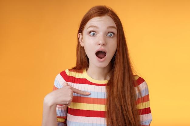 Zszokowany, głupi, zaskoczony rudowłosa urocza dziewczyna dysząc opada oszołomiony wzrokiem