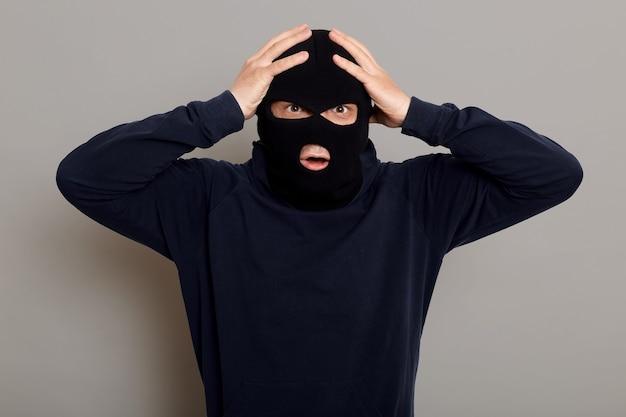 Zszokowany i przestraszony przestępca