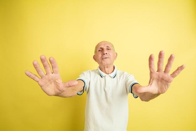 Zszokowany i przestraszony starszy mężczyzna