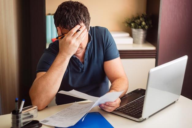 Zszokowany i rozczarowany mężczyzna zobaczył złe faktury na fakturach