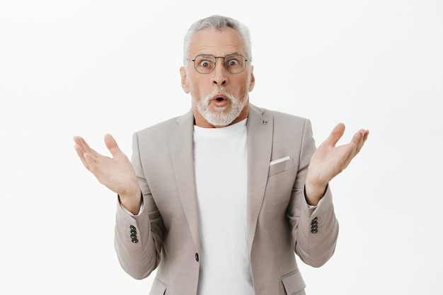 Zszokowany i zdumiony starszy przedsiębiorca wygląda na zdumionego