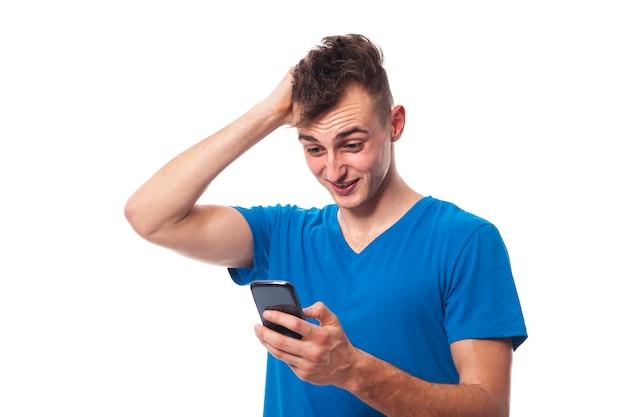 Zszokowany i zdziwiony mężczyzna z telefonem komórkowym