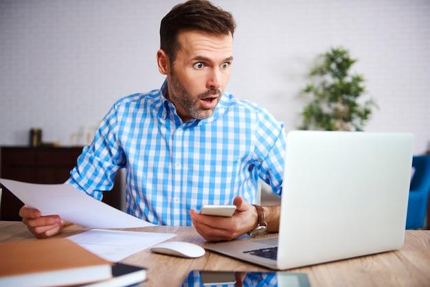 Zszokowany I Zmartwiony Biznesmen W Pracy Premium Zdjęcia