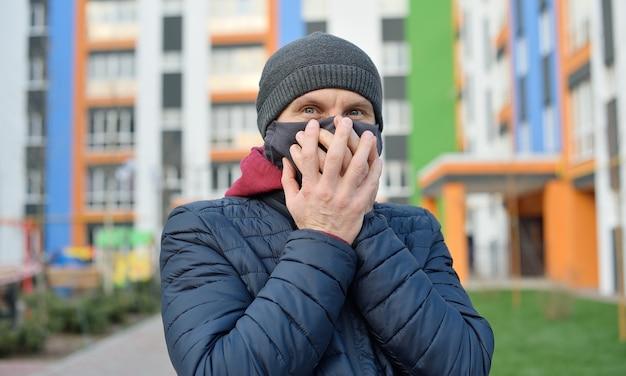 Zszokowany mężczyzna na ulicy w masce na twarz