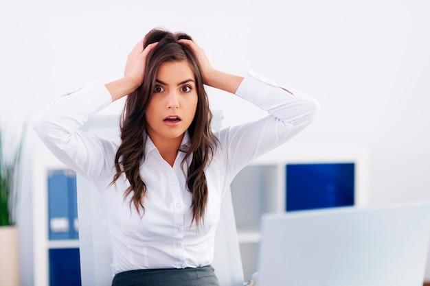 Zszokowany młody bizneswoman w biurze
