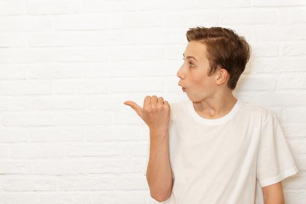 Zszokowany model nastoletniego chłopca wyraża zdziwienie i niedowierzanie