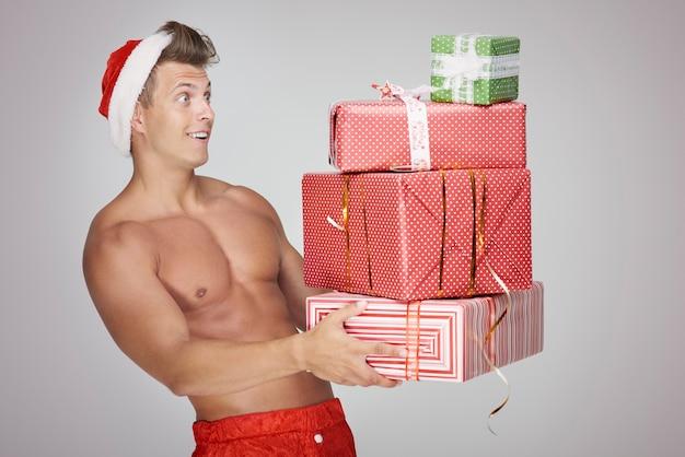 Zszokowany wieloma prezentami świątecznymi