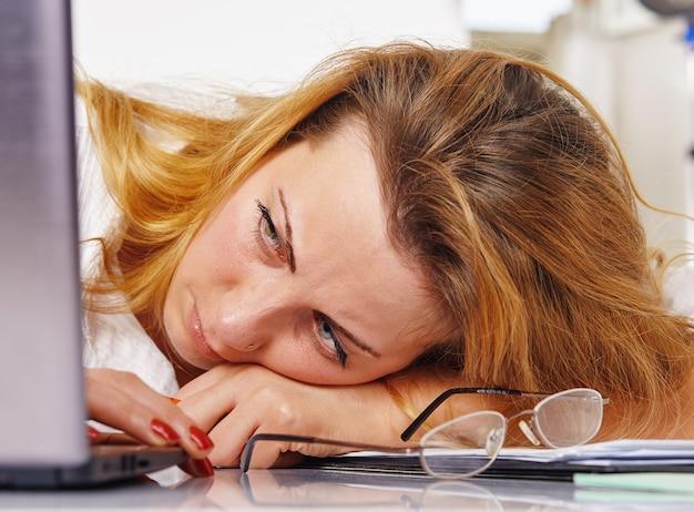 Zszokowany, zdziwiony biznesmen siedzi przed laptopem