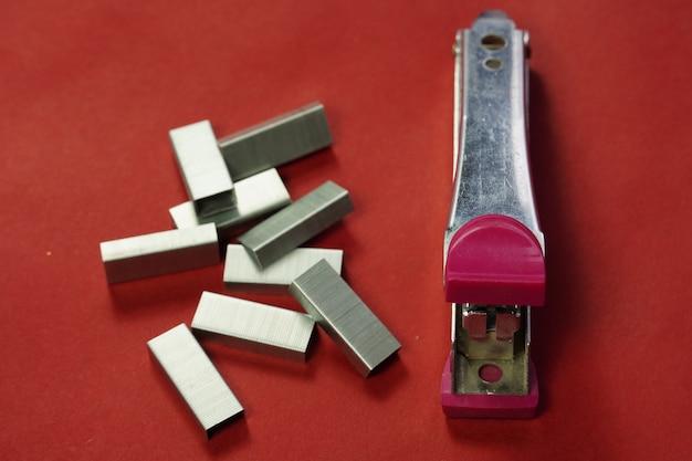Zszywacz z obrazami pinów na białym tle isolated