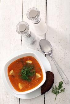 Zupa barszczowa i chleb żytni z solą i pieprzem